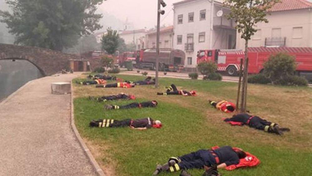 Пожарные отдыхают после борьбы с лесными пожарами в Альваресе.