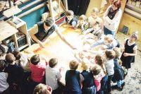 Здесь проводят мастер-классы для школьников, приобщая молодое поколение к столярному искусству.