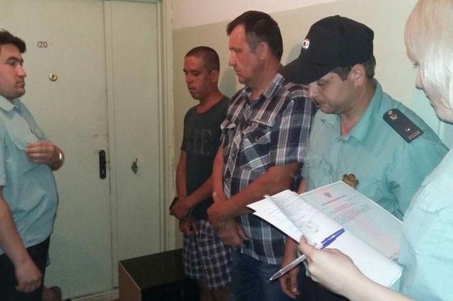 Судебные приставы зачитали решение суда о принудительном выселении и дали время на сбор имущества.