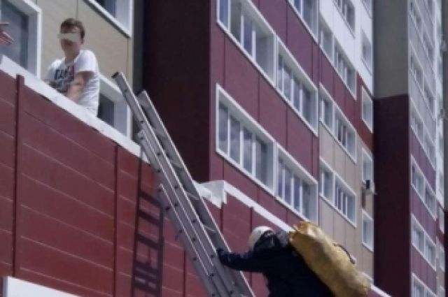 В Оренбурге парень упал с третьего этажа на козырек дома