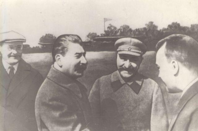 Поликарпов дает пояснения Сталину и Молотову по истребителю Ил-5