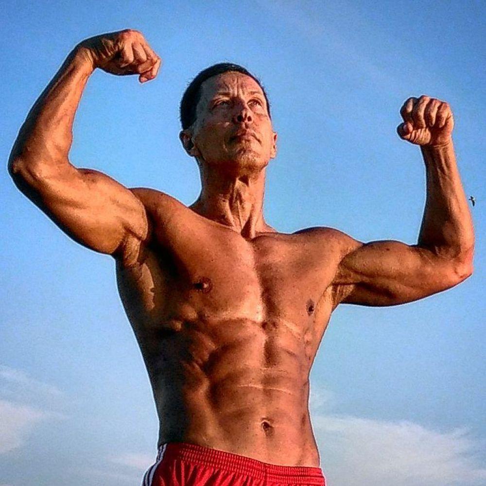 В 60 лет этот ростовчанин демонстрирует прекрасную физическую форму, на его счету ряд побед на чемпионатах России, европы и мира.