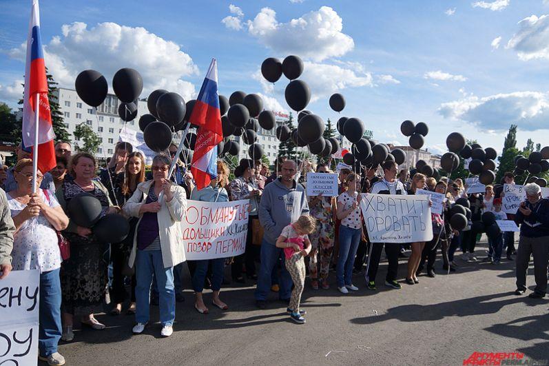 Горожане держали в руках чёрные воздушные шарики, символизирующие сложившуюся ситуацию.