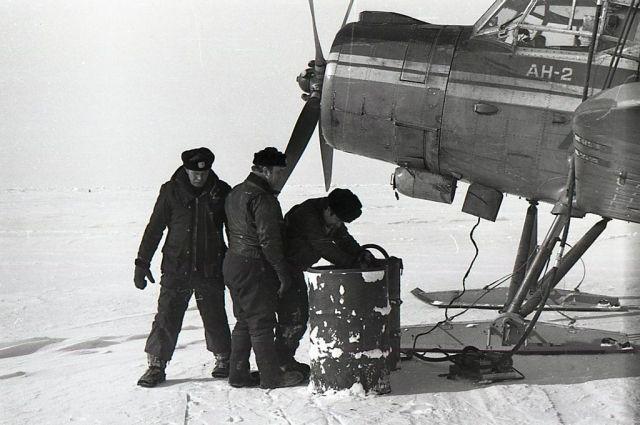 Сначала лётчик выбирает место для посадки. Затем садит самолет, выбрасывает бочки на снег. Потом топливо перекачивают в баки. И всё это быстро-быстро, пока мотор не остыл.