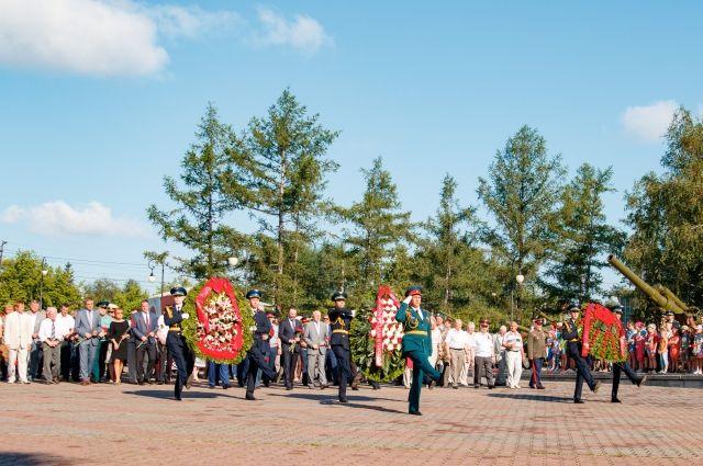 Жители Красноярска принесли живые цветы к памятникам и воинским монументам.