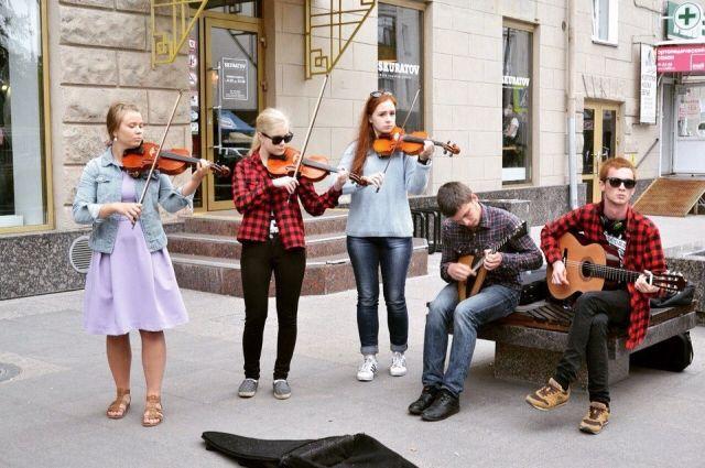 Ребята совершенствуются в музыкальном мастерстве, играя в таком коллективе.