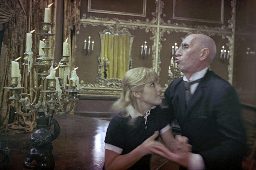 Наталья Варлей (Лиза) и Сергей Филиппов (Киса Воробьянинов) в фильме Леонида Гайдая «Двенадцать стульев», 1971.