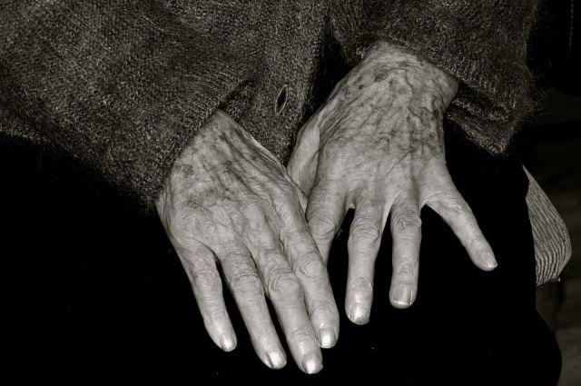 Двое граждан Тюменской области пытались задушить бабушку ради 90 тыс.
