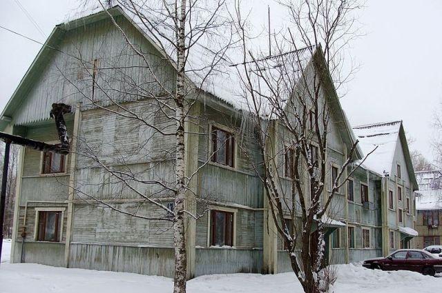 По улице Матросова в Коряжме стоят такие деревянные двухэтажки. Та, что на фото, была построена в 1937 году.