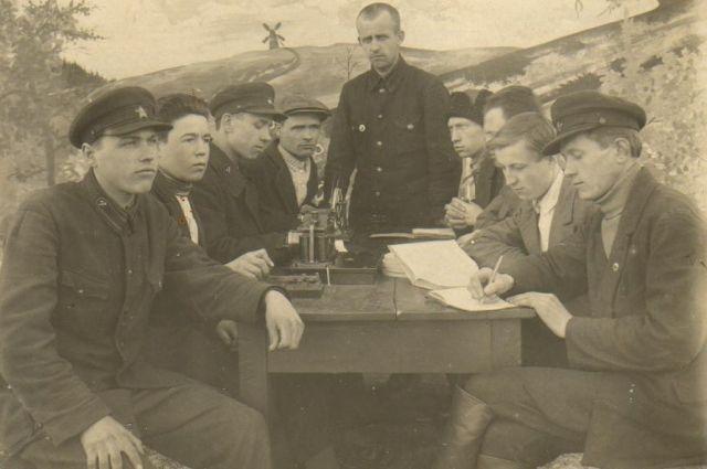 Комсомольцы-железнодорожники обсуждают повышенные трудовые обязательства на 1942 год. Осень 1941 года.