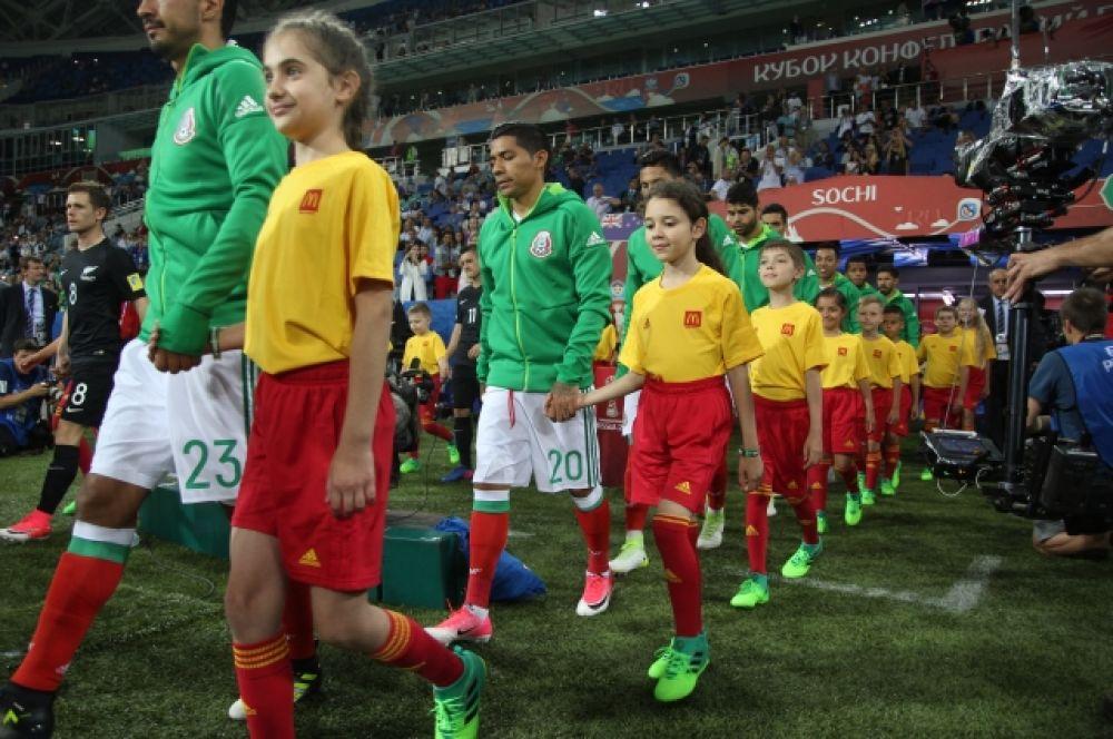 По давней традиции на игру команды выходят в сопровождении юных футболистов.
