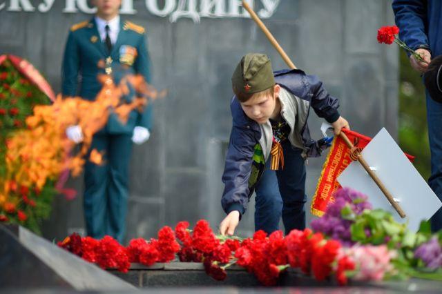 Сегодня многие пермяки возложили цветы к памятникам павших воинов.