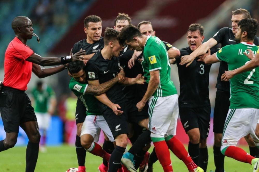 Под конец матча футбол превратился в рукопашный бой. Арбитрам пришлось несколько раз пересматривать видео, чтобы наказать провинившихся с обеих сторон.