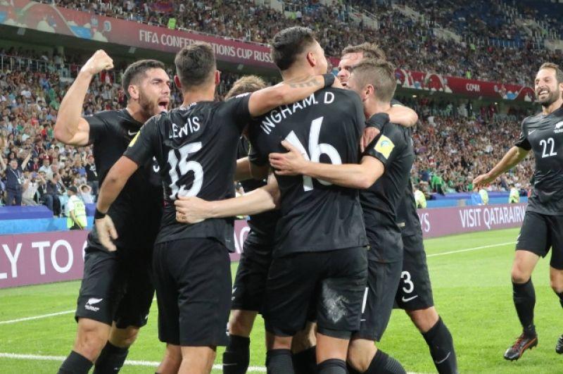 Новозеландцы бурно радуются забитому в ворота противника голу.