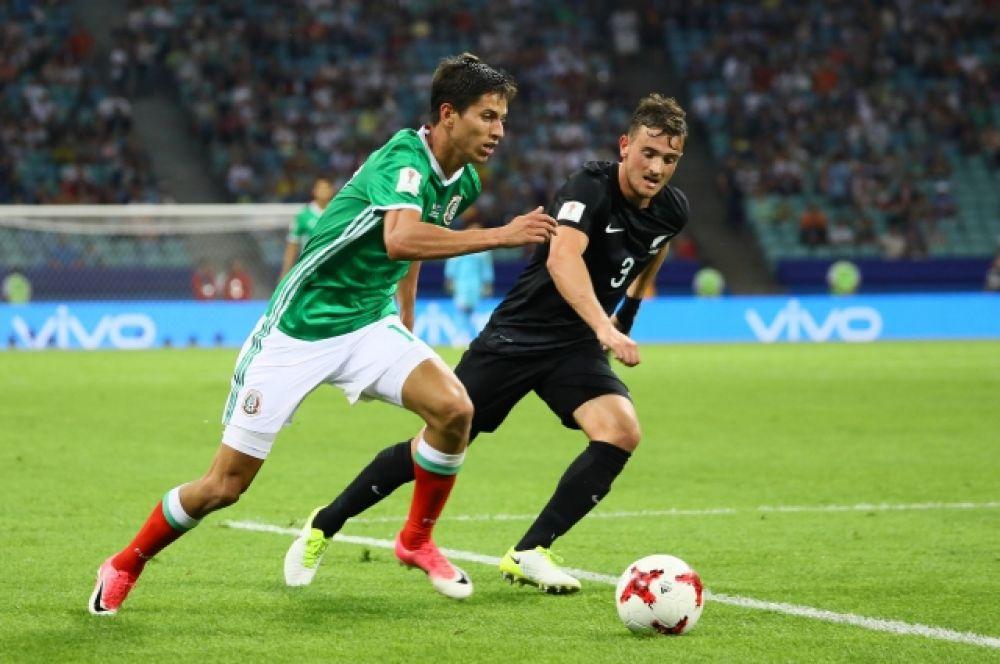 Новозеландцы забили первыми, но не смогли отразить две атаки мексиканцев. В итоге проиграли со счетом 1:2 и потеряли шансы на выход из группы.
