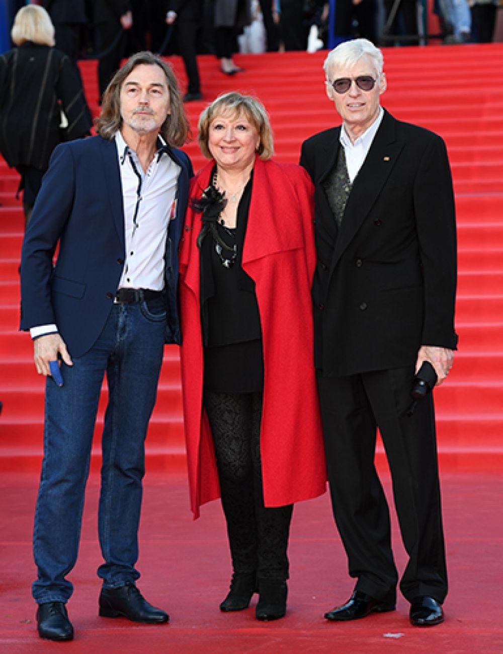 Художник Никас Сафронов (слева) и актер Борис Щербаков с супругой Татьяной.