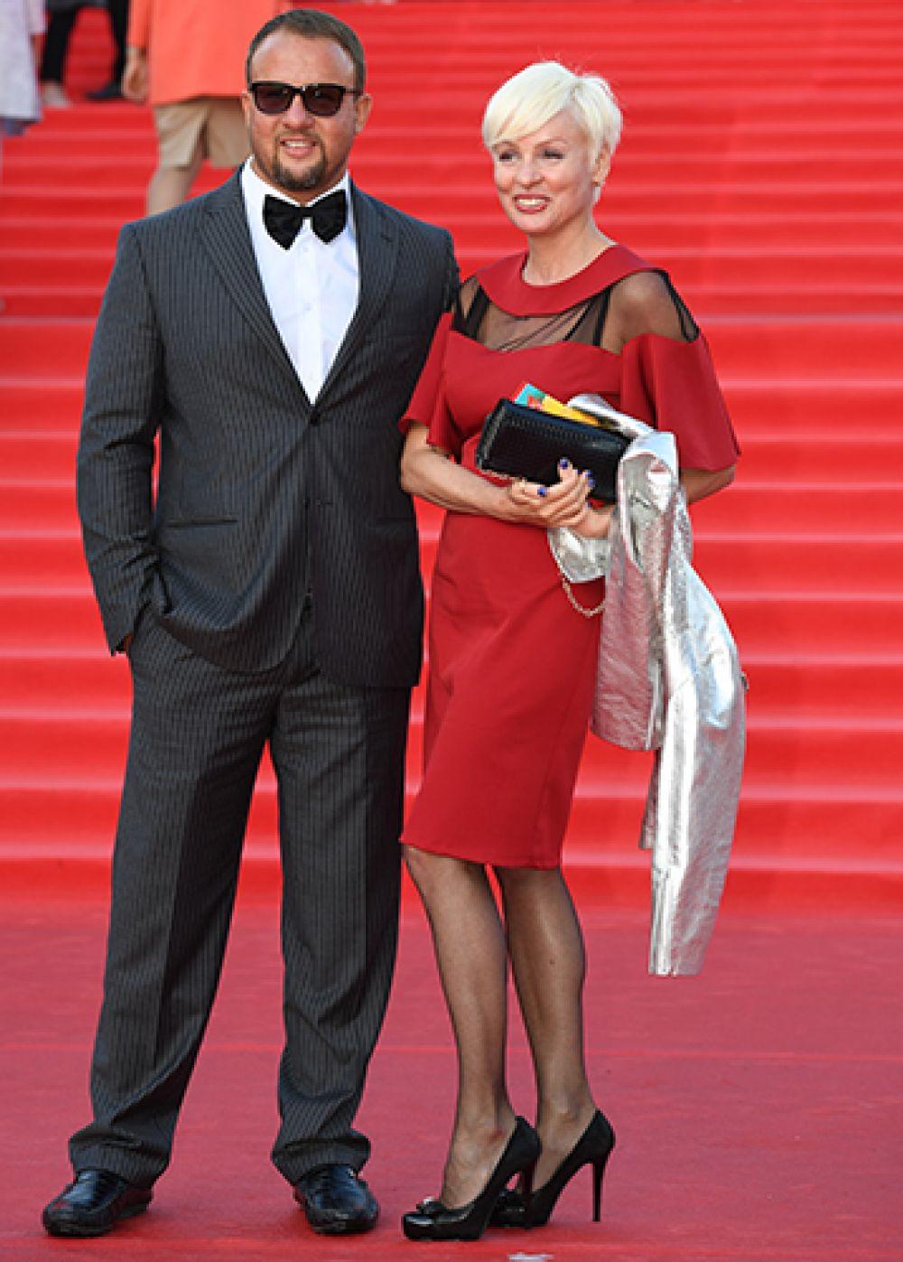 Актриса Жанна Эппле со спутником.