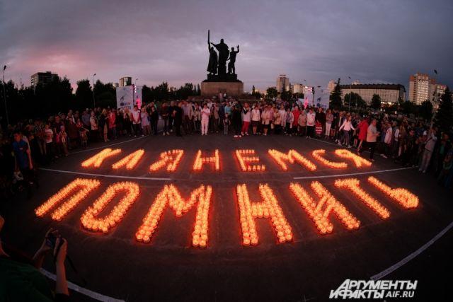 Пермяки выложили свечами огромную надпись «Клянёмся помнить»