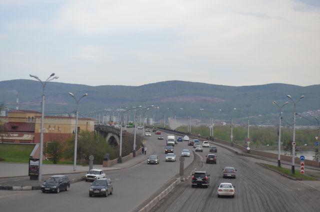 В Красноярске на Коммунальном мосту полицейских заменят на камеры видеофиксации.