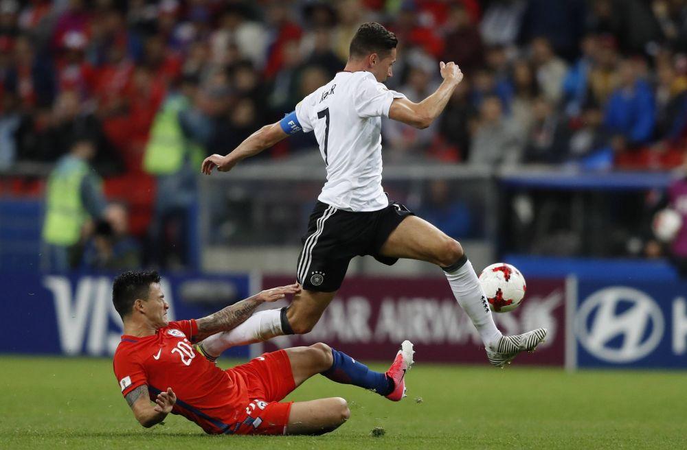Молодежь сборной Германии в начале матча выглядела на поле неуверенно.