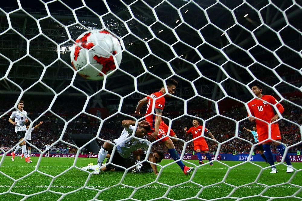 Главная звезда чилийской сборной Алексис Санчес забил первый гол в ворота немцев.
