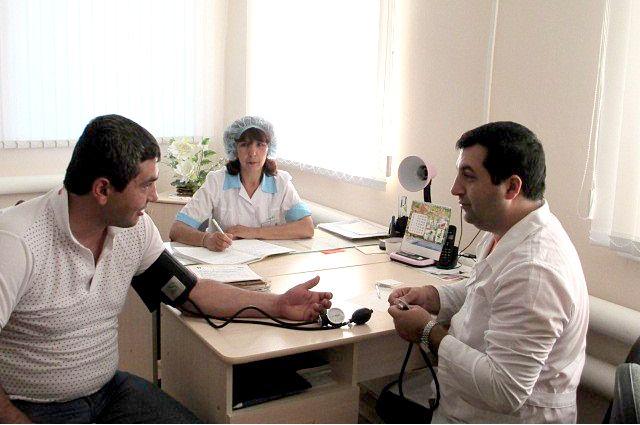 Земский доктор за работой. Приём в с. Сосновка ведёт врач Карсунской ЦРБ Карен Тащян вместе с земским фельдшером.