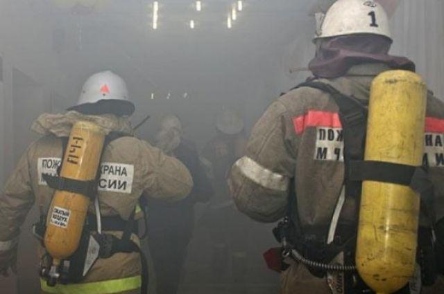 Огнеборцы тушили здание 25 минут.