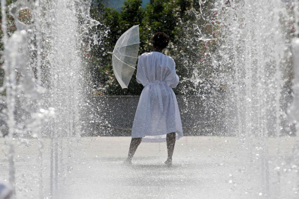 Девушка в одном из парижских парков. Франция, 22 июня 2017 года.