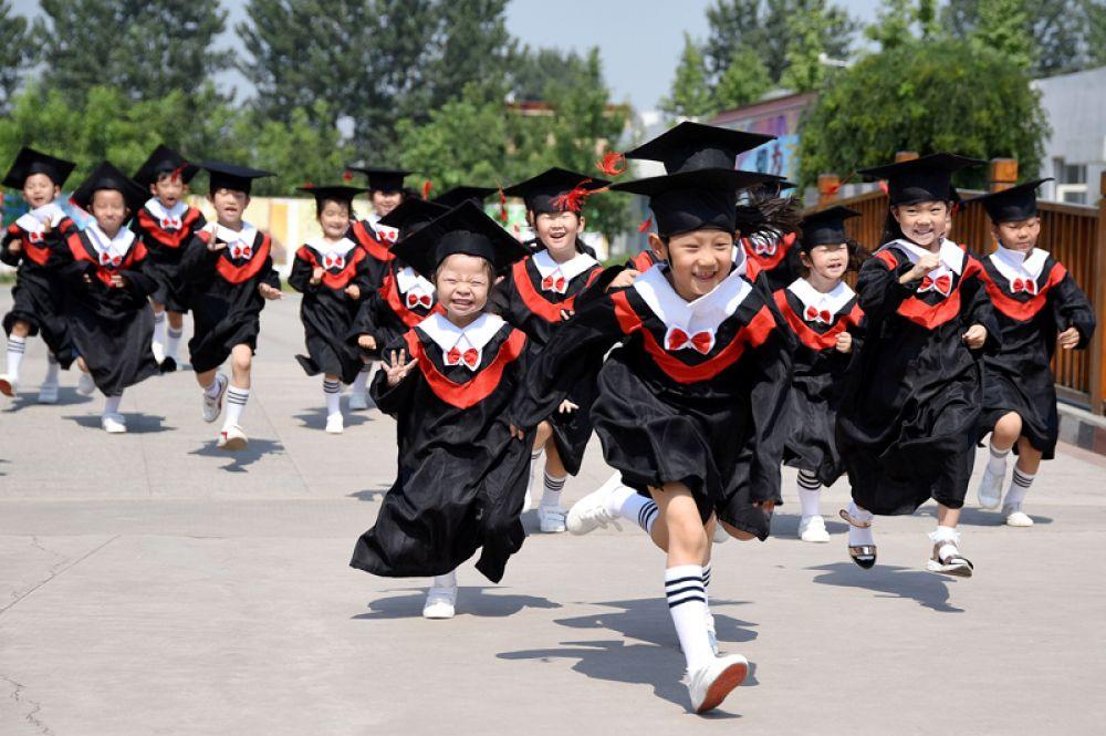 20 июня. Церемония окончания детского сада в детском саду в Хандане, провинция Хэбэй, Китай.