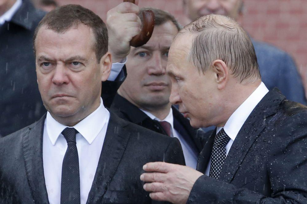22 июня. Владимир Путин беседует с Дмитрием Медведевым во время церемонии возложения венков к Могиле Неизвестного Солдата в Москве в День памяти и скорби.
