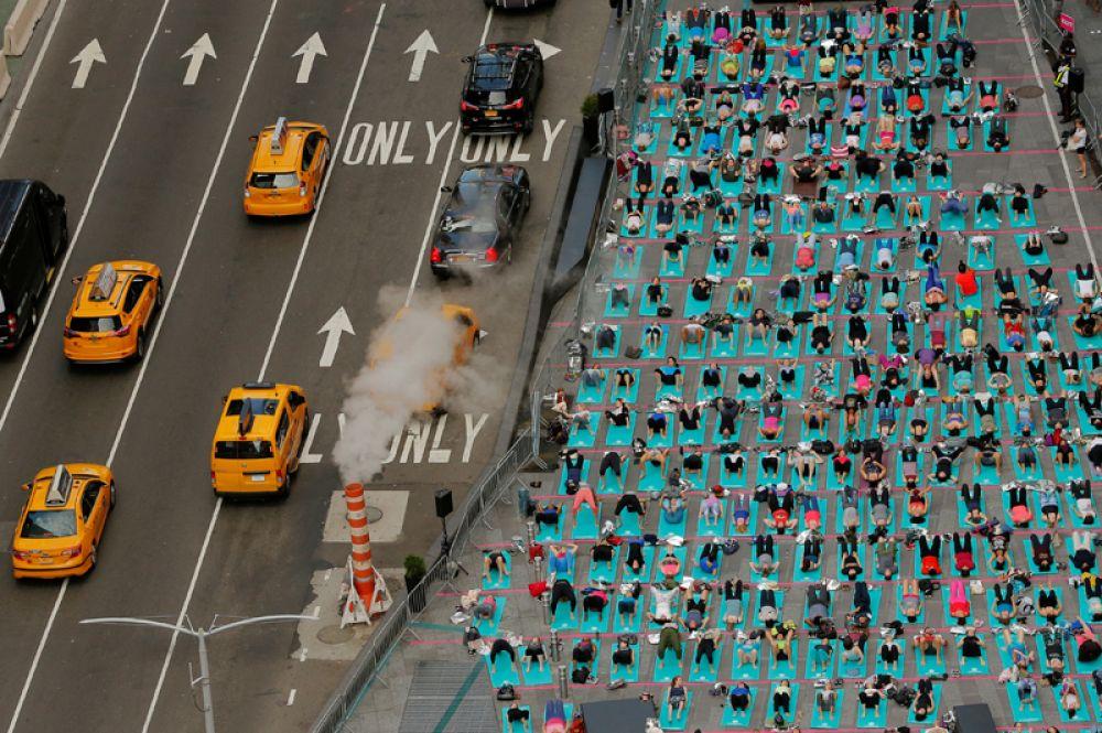 21 июня. Жители Нью-Йорка занимаются йогой на Таймс-сквер. День летнего солнцестояния в 2017 году совпал с Международным днем йоги.