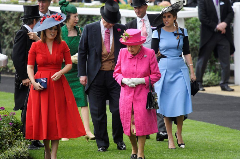 22 июня. Королева Великобритании Елизавета II, принцессы Евгения и Беатриса Йоркские на скачках в Аскоте.