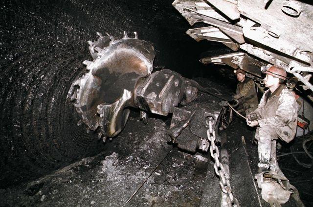 При обрушении на шахте в Коми пострадали два горняка