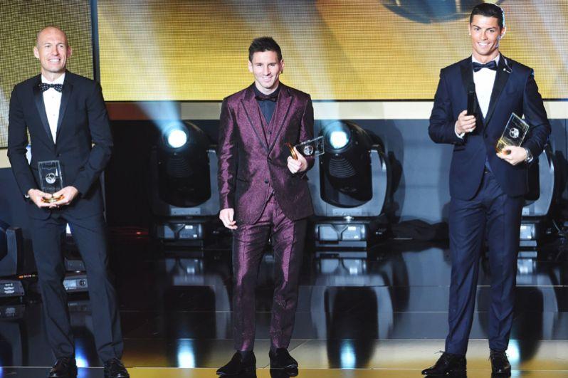 На вручении «Золотого мяча» за 2015 год Месси появился в бордовом костюме с блёстками.
