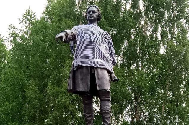 Традиция таким образом украшать памятник появилась еще в советское время