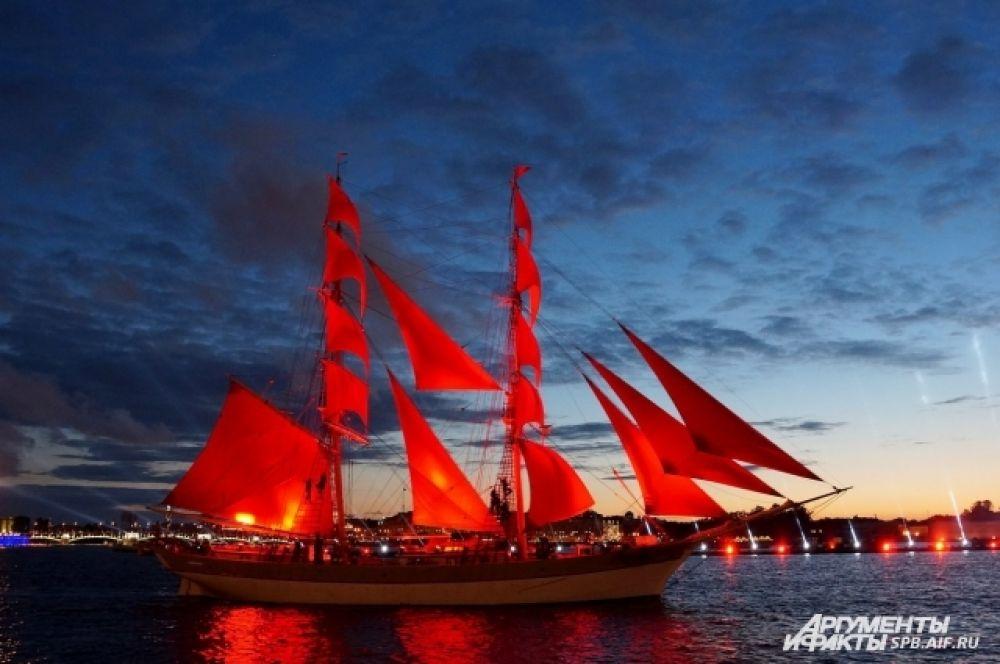 Проход корабля по Неве стал кульминацией праздника.
