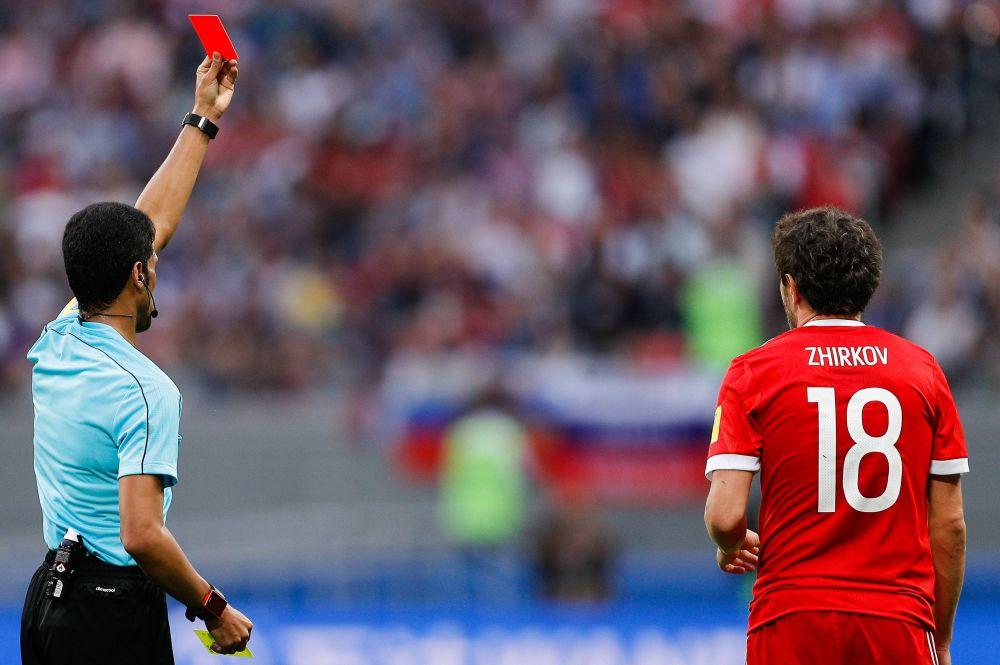 Жирков получает красную карточку и оставляет команду в меньшинстве.