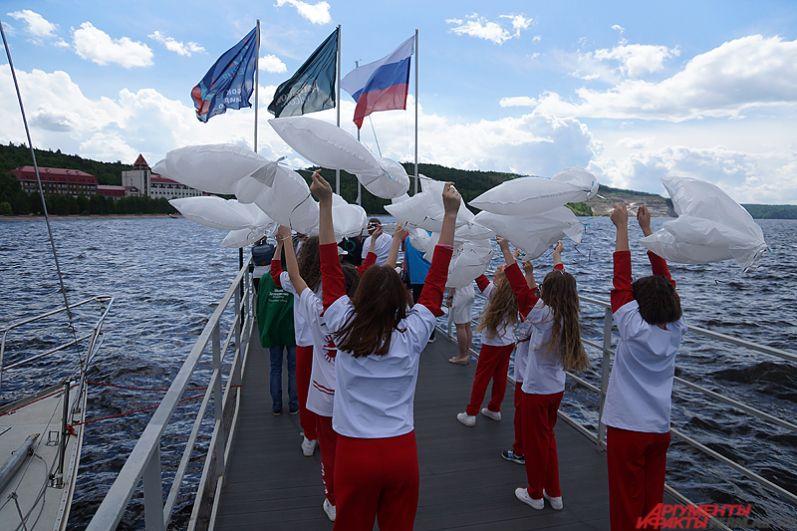 После чего состоялось торжественное вынесение флагов санатория и России.