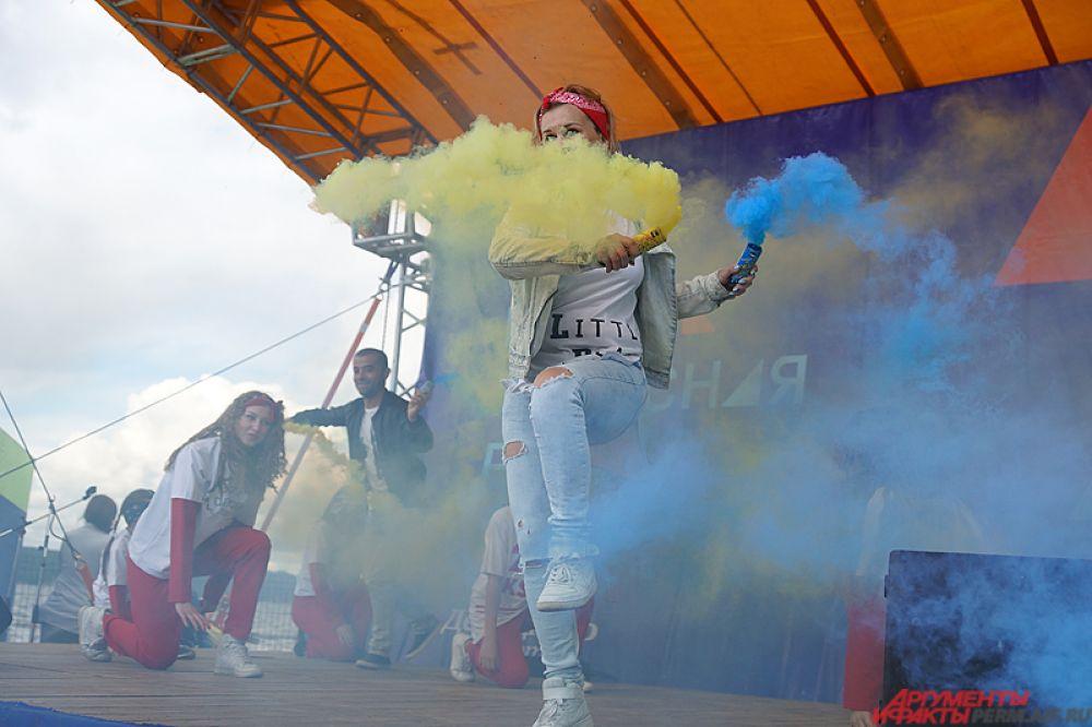 Мероприятие стартовало с красочного выступления танцоров на главной сцене.