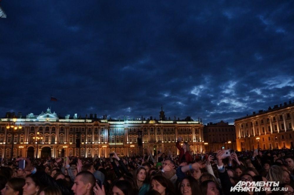 Люди прибывали на Дворцовую до полуночи.