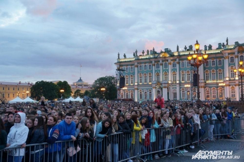 На Дворцовую площадь пришли около 80 тысяч человек.