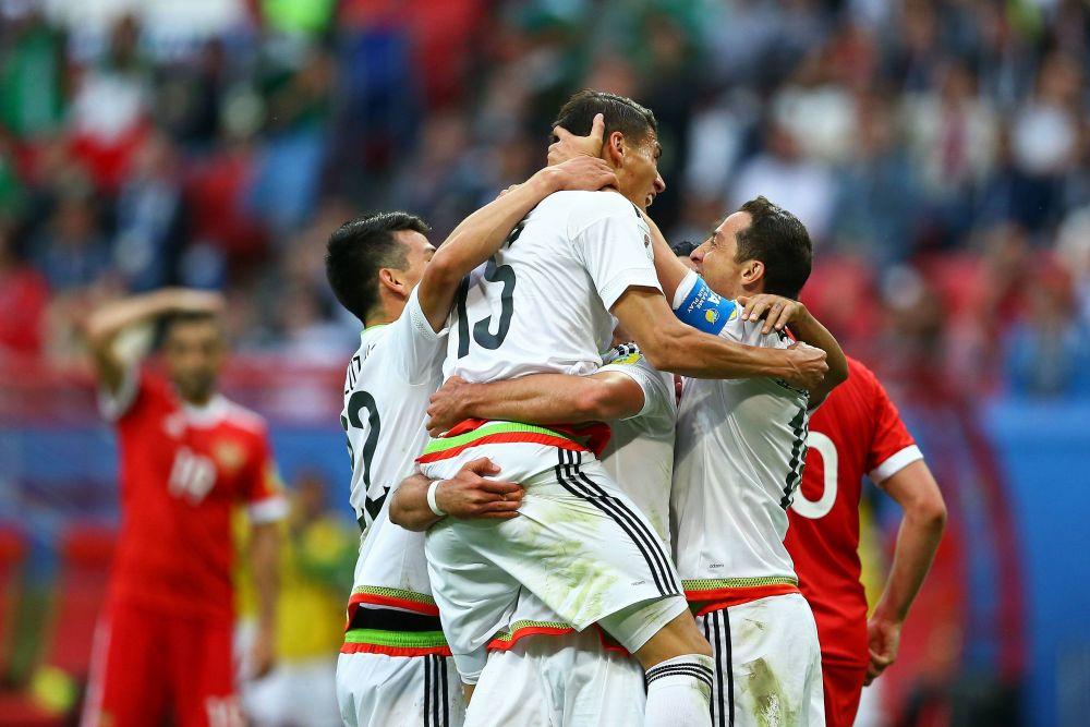 Мексиканцы празднуют победу - они прошли дальше.