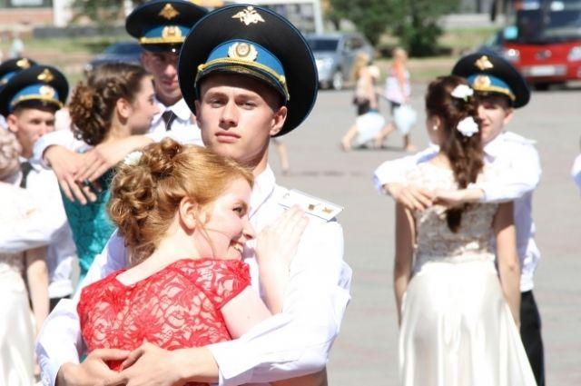 Кадеты станцевали вальс с выпускницами Мариинских гимназий.