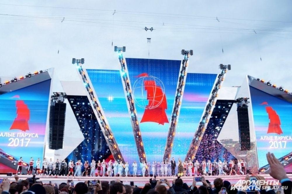 Грандиозное шоу состоялось на Дворцовой площади.
