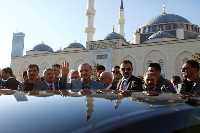 Эрдоган упал в обморок во время праздничной молитвы в мечети