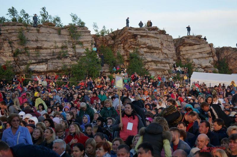 На фестивале собрались тысячи зрителей из разных городов.