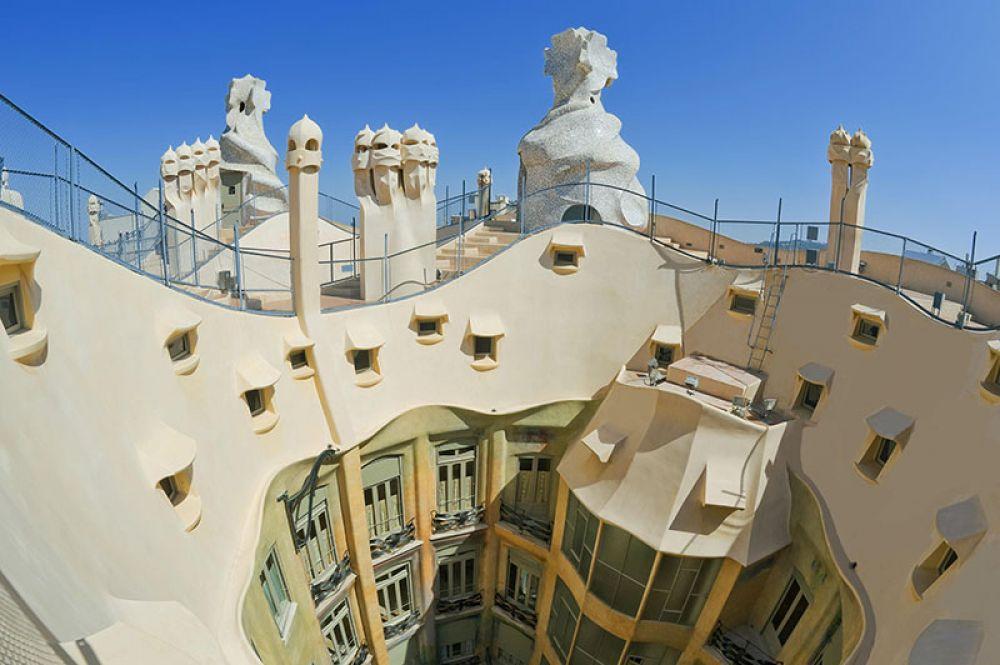 На крыше дома Мила.