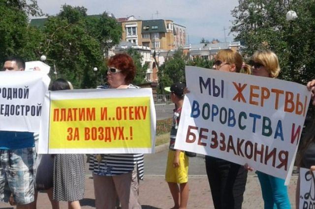 На митинг собрались около ста человек.