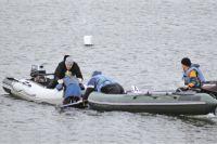 Упавшим в воду начинающим спортсменам помогают всем миром!