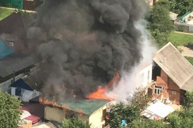 ВПашковском микрорайоне Краснодара пылают 4 частных дома